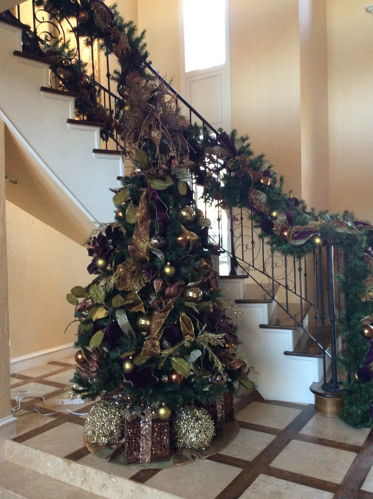 Contemporary-Christmas-tree-stair-garland