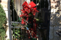 Traditional-Christmas-outdoor-gate-decoration
